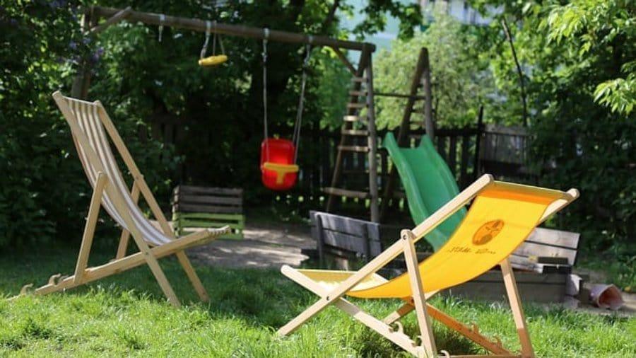 Sitzsäcke im Sommer und im Garten. Gelbe und grüne Sitze