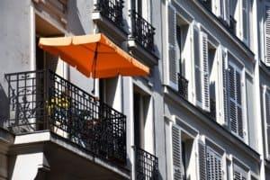 Balkon mit Schirm