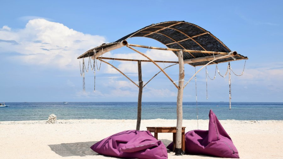 Zwei Sitzsäcke am Strand