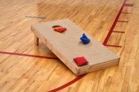 Partyspass Sitzsack werfen: So funktioniert das angesagte Spiel für Jung & Alt